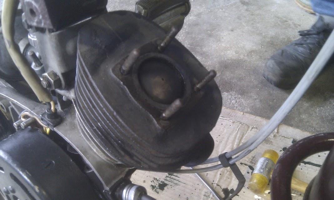 De cylinder en zuiger van een Simson SR2E tijdens 1 van de reparaties.