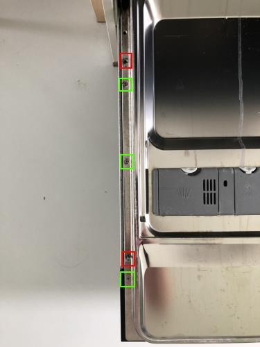Deze schroeven aan de linkerkant los maken