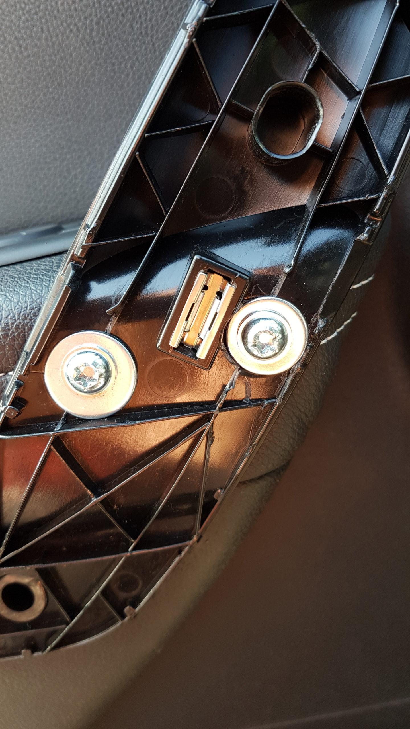 Onderzijde deurgreep Renault Megane 3 vastmaken met popnagels