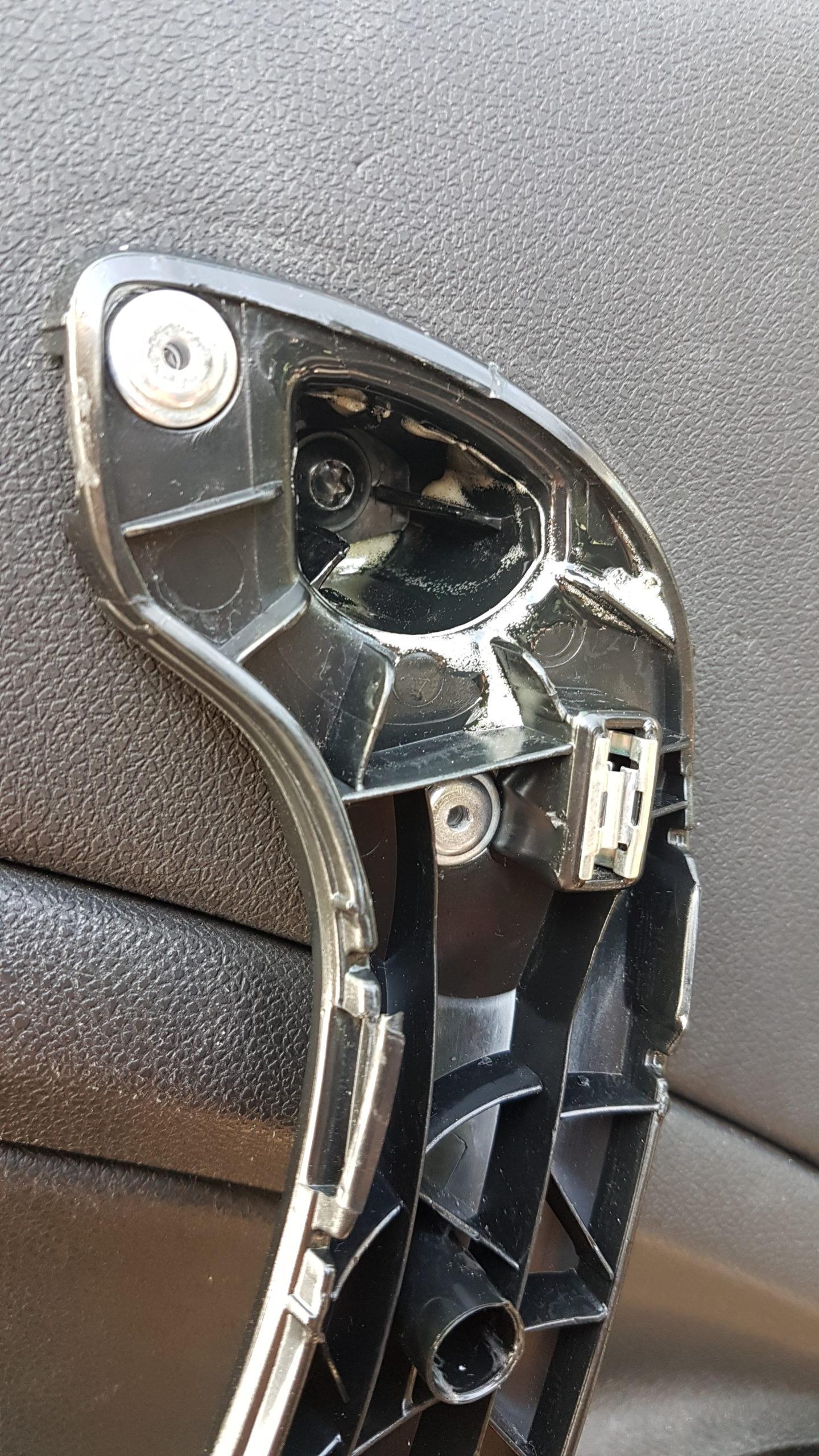 Afgebroken deurgreep Renault Megane 3 gerepareerd met Bison constructielijm en popnagels